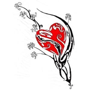tatuaggio cuore con decorazioni